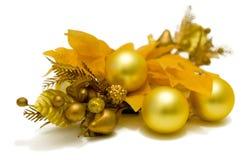 Decoraciones amarillas del árbol de navidad de la flor de la poinsetia El top de la izquierda abajo ve Imagenes de archivo
