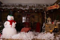 Decoraciones atractivas de la Navidad dentro de una casa de madera Fotografía de archivo libre de regalías