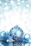 Decoraciones azules de la Navidad fotos de archivo