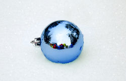 Decoraciones azules de la Navidad en nieve Fotos de archivo libres de regalías