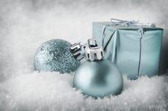 Decoraciones azules frescas de la Navidad en nieve Foto de archivo