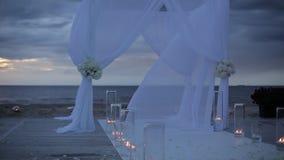 Decoraciones blancas de la boda de una vela en el mar almacen de video