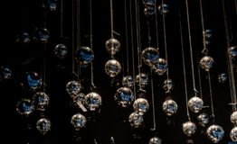 Decoraciones blancas de las bolas del día de fiesta de la Navidad en la oscuridad Imagen de archivo