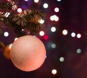 Decoraciones blancas del juguete de la bola en árbol Imágenes de archivo libres de regalías