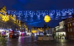Decoraciones borrosas de la Navidad en el viejo cuadrado de ciudad, Poznán, Polonia Imagen de archivo