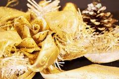 Decoraciones brillantes de oro de la Navidad Fotos de archivo