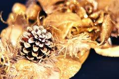 Decoraciones brillantes de oro de la Navidad Fotografía de archivo libre de regalías