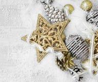 Decoraciones brillantes de oro de la Navidad en la nieve con Ribb elegante Imagen de archivo libre de regalías