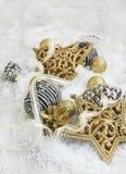 Decoraciones brillantes de oro de la Navidad en la nieve con Ribb elegante Fotografía de archivo
