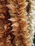 Decoraciones brillantes del Año Nuevo de /Happy de la guirnalda de la malla de la hoja de la Navidad del oro del arco iris del pr Fotos de archivo
