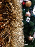 Decoraciones brillantes del Año Nuevo de /Happy de la guirnalda de la malla de la hoja de la Navidad del oro del arco iris del pr Foto de archivo