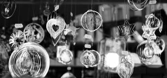 Decoraciones brillantes del metal que cuelgan en fondo oscuro Fotos de archivo