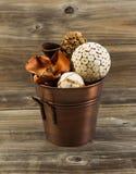 Decoraciones caseras dentro del cubo del metal en la madera envejecida Fotografía de archivo libre de regalías