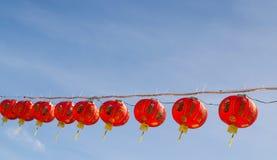Decoraciones chinas de la linterna en un templo chino con los fondos del cielo azul Foto de archivo libre de regalías