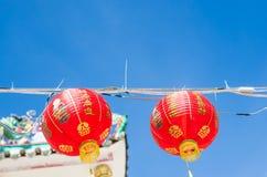 Decoraciones chinas de la linterna en un templo chino con los fondos del cielo azul Imagenes de archivo