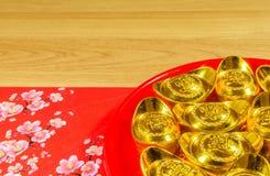 Decoraciones chinas del Año Nuevo en fondo de la madera Foto de archivo libre de regalías