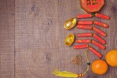 Decoraciones chinas del Año Nuevo en fondo de madera de la tabla Visión desde arriba con el espacio de la copia Foto de archivo