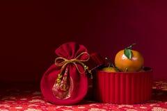 Decoraciones chinas del Año Nuevo en fondo rojo Foto de archivo libre de regalías