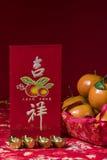 Decoraciones chinas del Año Nuevo en fondo rojo, Fotografía de archivo