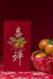 Decoraciones chinas del Año Nuevo en fondo rojo, Foto de archivo