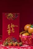 Decoraciones chinas del Año Nuevo en fondo rojo, Foto de archivo libre de regalías