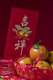 Decoraciones chinas del Año Nuevo en fondo rojo, Imagen de archivo libre de regalías