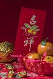 Decoraciones chinas del Año Nuevo en fondo rojo, Imagenes de archivo