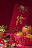 Decoraciones chinas del Año Nuevo en fondo rojo, Fotografía de archivo libre de regalías
