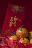Decoraciones chinas del Año Nuevo en fondo rojo, Imagen de archivo