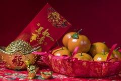 Decoraciones chinas del Año Nuevo en fondo rojo, Fotos de archivo