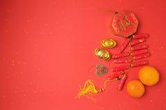 Decoraciones chinas del Año Nuevo en fondo rojo Visión desde arriba con el espacio de la copia Imágenes de archivo libres de regalías