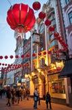 Decoraciones chinas del Año Nuevo en la calle de Wardour, Chinatown, Soho, Londres, WC2, Reino Unido imagenes de archivo