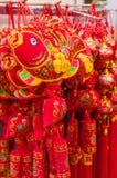 Decoraciones chinas del Año Nuevo que venden en la tienda Foto de archivo libre de regalías