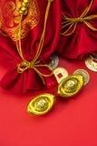 Decoraciones chinas del Año Nuevo y ornamentos propicios en el CCB rojo Fotos de archivo
