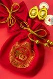 Decoraciones chinas del Año Nuevo y ornamentos propicios en el CCB rojo Imagenes de archivo