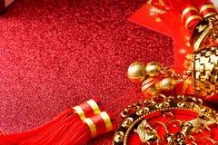 Decoraciones chinas del Año Nuevo y ornamentos propicios en fondo rojo del bokeh Imagenes de archivo
