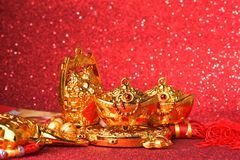 Decoraciones chinas del Año Nuevo y ornamentos propicios en fondo rojo del bokeh Foto de archivo
