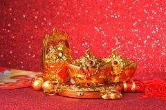 Decoraciones chinas del Año Nuevo y ornamentos propicios en fondo rojo del bokeh Imagen de archivo