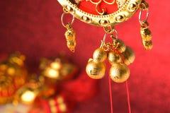 Decoraciones chinas del Año Nuevo y ornamentos propicios en fondo rojo del bokeh Fotos de archivo libres de regalías