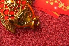 Decoraciones chinas del Año Nuevo y ornamentos propicios en fondo rojo del bokeh Imágenes de archivo libres de regalías