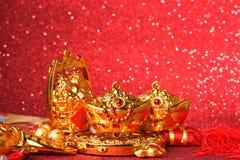 Decoraciones chinas del Año Nuevo y ornamentos propicios en fondo rojo del bokeh Fotos de archivo