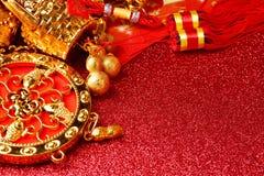 Decoraciones chinas del Año Nuevo y ornamentos propicios en fondo rojo del bokeh Imagen de archivo libre de regalías