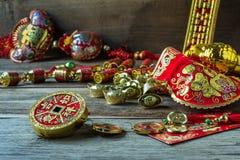 Decoraciones chinas del festival del Año Nuevo en la tabla de madera Imagen de archivo libre de regalías