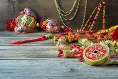 Decoraciones chinas del festival del Año Nuevo en la tabla de madera Imagen de archivo