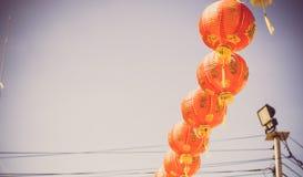 Decoraciones chinas rojas de la linterna en un templo chino con los fondos del cielo azul imagenes de archivo