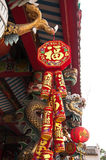 Decoraciones chinas y ejecución del Año Nuevo Imagenes de archivo