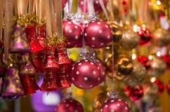Decoraciones coloreadas la Navidad Fotografía de archivo