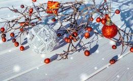 Decoraciones coloridas de la Navidad en un fondo de los tableros blancos Fotos de archivo libres de regalías