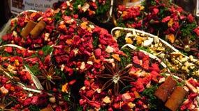 Decoraciones coloridas de la Navidad hechas con las especias y las hierbas Foto de archivo