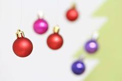 Decoraciones coloridas de las bolas de la Navidad Fotos de archivo
